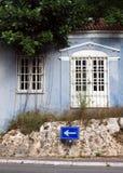 Verwittertes blaues Gebäude Stockbilder