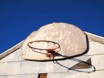 Verwittertes Gebäude und Basketballkorb Stockfotografie