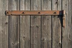Verwittertes Holz mit rostigem Scharnier Stockbild