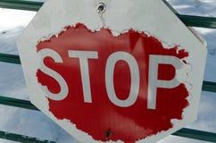 Verwittertes und abgenutztes Stoppschild lizenzfreies stockfoto