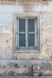 Verwittertes und altes maltesisches Fensterläden geschlossenes Fenster, blau Lizenzfreie Stockbilder