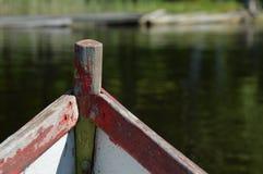 Verwittertes Vorderteil eines alten Bootes Stockfotos