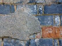 Verwitterung von herausgestellten Backsteinmauern Stockbilder