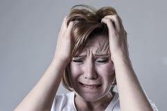 Verwoeste gedeprimeerde vrouw die droevig gekwetst gevoel schreeuwen het lijden van aan depressie in droefheidsemotie stock afbeeldingen