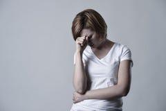 Verwoeste gedeprimeerde vrouw die droevig gekwetst gevoel schreeuwen het lijden van aan depressie in droefheidsemotie royalty-vrije stock afbeelding