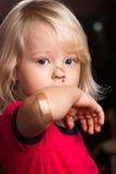 Verwonde droevige jongen met bandhulp op elleboog Royalty-vrije Stock Foto