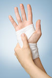 Verwonde hand met verband Stock Fotografie