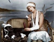 Verwonde vrouw en verwonde hond (Alle afgeschilderde personen leven niet langer en geen landgoed bestaat Leveranciersgaranties di royalty-vrije stock afbeeldingen