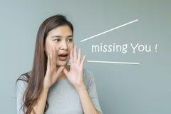 Verwoordt de close-up Aziatische vrouw in schreeuwactie met het missen u op vage cementmuur geweven achtergrond met exemplaarruim royalty-vrije stock foto