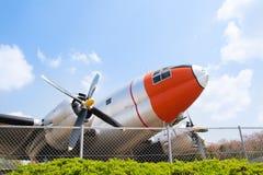 verworfen am Speicherauszugflugzeug in einem alten Flugplatz Lizenzfreies Stockfoto