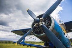 verworfen am Speicherauszugflugzeug in einem alten Flugplatz Stockfoto