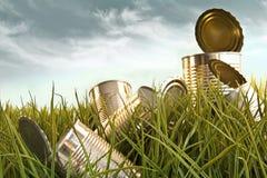 Verworpen aluminiumblikken in lang gras royalty-vrije stock afbeeldingen
