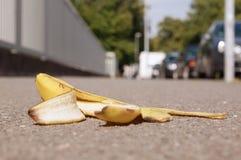 Verworpen bananeschil op bestrating royalty-vrije stock afbeelding