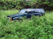 Verworpen Chevrolet SUV die in een paddock in Tropisch Australië verslechteren Stock Fotografie
