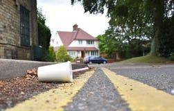 Verworpen drankencontainer die bij de rand van een stedelijke straat liggen Stock Foto