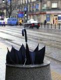 Verworpen paraplu op de straat Stock Fotografie