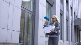 Verworpen vrouwelijke manager die weg doos van het notitieboekje de dragende materiaal, carrière werpen stock video