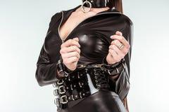 Verworrene Frau im sexy Kostüm und in den Handschellen stockfoto