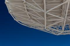 Very Large Array-Binder auf der Unterseite eines Radioastronomie-Observatoriumtellers mit blauem Himmel unten, kreativer Kopienra stockfotos