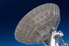 Very Large Array interliniuje, nauki technologii anteny satelitarnej ogromna radiowa antena wskazuje w głębokiego niebieskie nieb obrazy stock