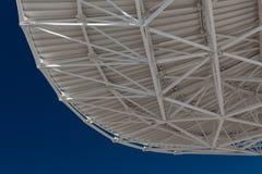 Very Large Array-mening van bodem van een radio satellietschotel bij VLA tegen een diepe blauwe hemel stock fotografie