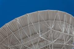 Very Large Array ogólny łękowaty pokazuje understructure wielki naczynie teleskop przeciw niebieskiemu niebu, inżynierii i techno zdjęcia stock