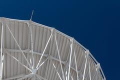 Very Large Array pełen wdzięku łuk wielki radiowego teleskopu naczynie przeciw niebieskiemu niebu, nauki inżynieria zdjęcia royalty free