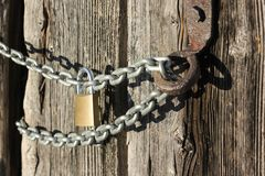 Wooden wall and chain lock Royalty Free Stock Image
