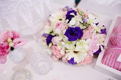 A very nicely decorated wedding table with plates and serviettes Royalty Free Stock Image