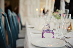 A very nicely decorated wedding table with plates and serviettes. Royalty Free Stock Photos