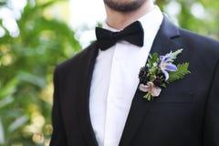 Verzacht bruidegom boutonniere met rozen, chrysant stock afbeelding