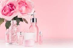 Verzacht meisjesachtige toilettafel met bloemen, schoonheidsmiddelenproducten - nam olie, badzout, room, parfum, katoenen handdoe stock foto's