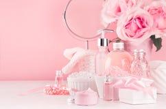 Verzacht meisjesachtige toilettafel met ronde spiegel, bloemen en schoonheidsmiddelenproducten - nam olie, badzout, room, parfum  stock afbeeldingen