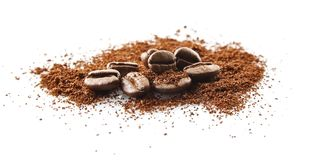 Verzamelde koffiebonen met koffiepoeder op wit Stock Afbeelding
