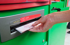 Verzamelend Thais Baht 100 nota's bij ATM-machine Stock Foto's