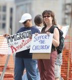 Verzameling om Onze Grenzen tegenprotestor met tekens bij een Verzameling te beveiligen om Onze Grenzen te beveiligen Stock Foto's