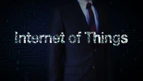 Verzamelt het zakenman geraakte scherm zich, Talrijke punten om tot een ` typo Internet van dingen ` te leiden, laag-veelhoekweb royalty-vrije illustratie