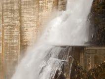 Verzasca水坝,壮观的瀑布 库存图片