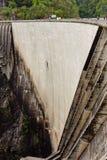 Verzasca fördämning på den italienska delen av Swtzerland Arkivfoto