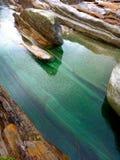 Verzasca-Fluss und grünes Wasser Stockfotografie