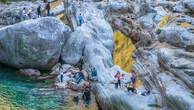 Verzasca River Valley, Schweitz - turister Fotografering för Bildbyråer