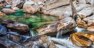 Verzasca, Suisse - regroupement de roche photographie stock