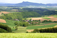 Verzauberung über Ackerland und Bergdörfern Stockfoto