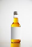 Verzegelde flessen met verfrissing binnen drank stock afbeeldingen