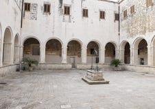Verzegelde waterput in centrumbinnenplaats, Basiliekdi Santa Caterina D ` Alexandria, Galatina, Italië Stock Afbeelding