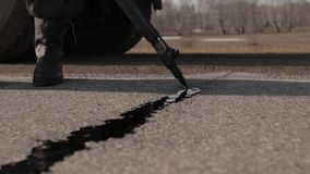 Verzegelende verbinding - barst in asfalt stock video