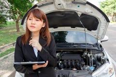 Verzekeringsagent die auto na ongeval onderzoeken, die een pen houden en Royalty-vrije Stock Fotografie