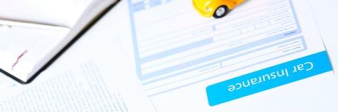 Verzekeringsvorm die op lijst liggen Stock Foto's