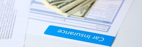 Verzekeringsvorm die op lijst liggen Stock Foto