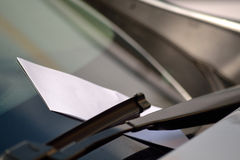 Verzendend kaartje op de auto Stock Foto
